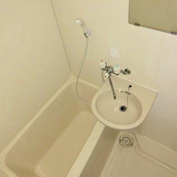 2点ユニット型の浴室。廊下にサニタリーマットを用意しましょう