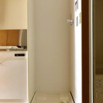 洗濯機置き場はキッチンの横にあります。
