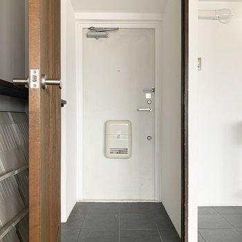 真っ白なポスト付き玄関。