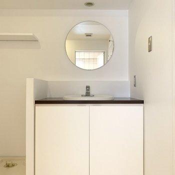 スタイリッシュな洗面台。まる鏡が珍しい