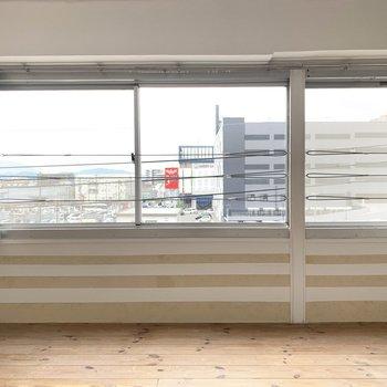 横にずらーりと窓。風もすうっと気持ちがいい