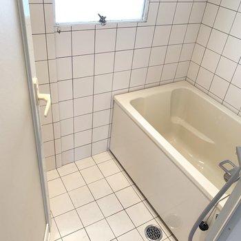 小窓付きのお風呂。換気もしっかり〜