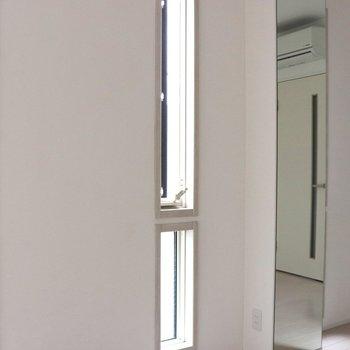 【LDK】上下の小窓が4つで明るいリビング