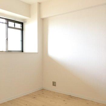 洋室②】お隣の洋室へ。4.5帖とコンパクトサイズ。