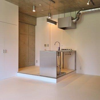 アイランドキッチンなんて洒落てますな。※写真は2階同間取り・別部屋のものです。