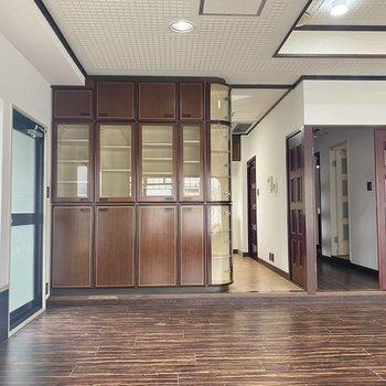 【LD】左側にはバルコニーへ出るドア。キッチンは棚でゆるりと仕切られています。