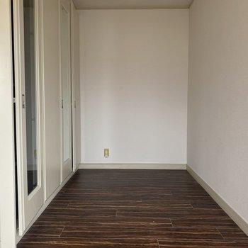 【洋室22畳】左手にクローゼット。このようなスペースが3つ並んでいます。