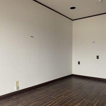 【洋室10畳】反対側の壁はまっさらです。