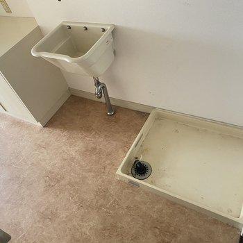 【洗面所】洗濯機は手前に置くスペースがあります。