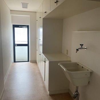 【洗面所】細長いランドリースペースです。奥のドアからベランダに出られます。