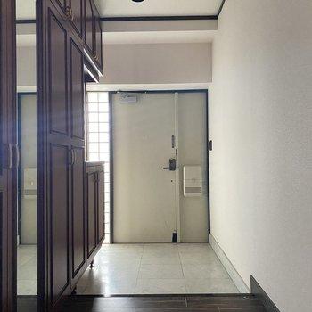 【玄関】このお部屋の収納力は玄関からも伺えます。