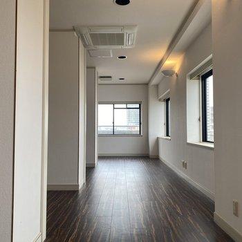 【洋室22畳】少し変わった形の洋室。3つのクローゼットで空間が仕切られています。