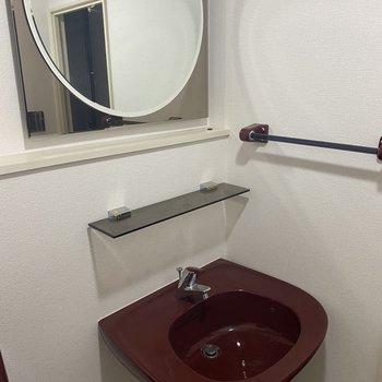 【洗面所2】丸い鏡も相まっておしゃれです。
