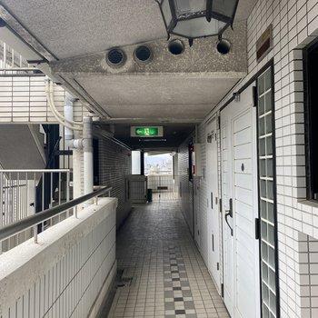 【共用部】共用廊下もレトロ感満載です。