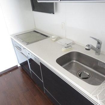 キッチンは広々です(※写真は14階同間取り別部屋、清掃前のものです)