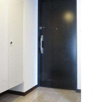 玄関も広々(※写真は14階同間取り別部屋、清掃前のものです)