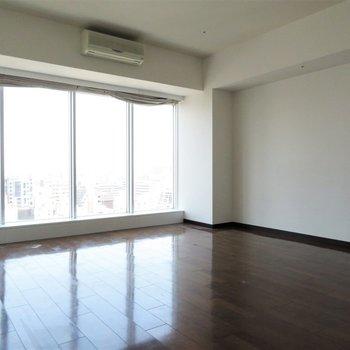 開放感のあるリビングです(※写真は14階同間取り別部屋、清掃前のものです)