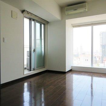 寝室からも大きな窓が(※写真は14階同間取り別部屋、清掃前のものです)