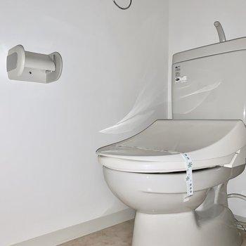 トイレはウォシュレット付き。(※写真は7階の同間取り別部屋のものです)