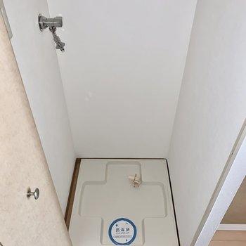 洗濯機置き場は扉で隠せるタイプ。(※写真は7階の同間取り別部屋のものです)