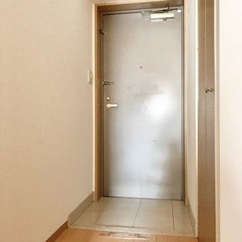 玄関は脱ぎ履きに問題ない広さ。(※写真は7階の同間取り別部屋のものです)