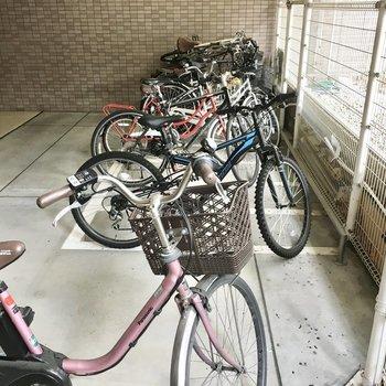 共用部】駐輪場は雨の心配がなさそう。