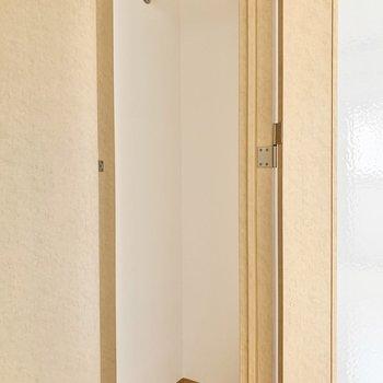 クローゼットはコンパクトサイズ。(※写真は7階の同間取り別部屋のものです)