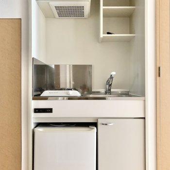 ミニ冷蔵庫付きのコンパクトキッチン。(※写真は7階の同間取り別部屋のものです)