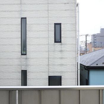 お隣の建物。左手には同建物のバルコニーが並びます。