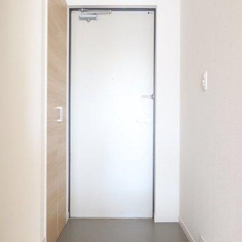 玄関には大きなシューズボックスも。(※写真は9階の同間取り別部屋のものです)
