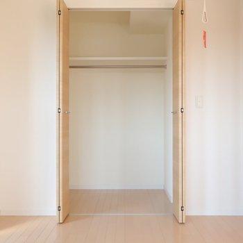 寝室には室内干し用のツールも。そしてクローゼットは普通のサイズ感かなと思いきや・・・(※写真は9階の同間取り別部屋のものです)