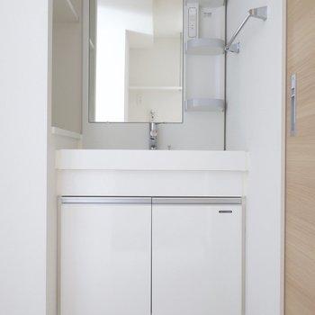 スクエアでシンプルな洗面台。収納もたっぷりと◎(※写真は9階の同間取り別部屋のものです)