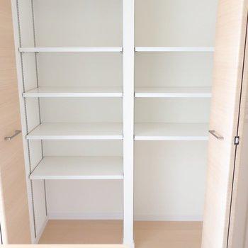 キッチン横の大きめ収納は何かと助かる!(※写真は9階の同間取り別部屋のものです)