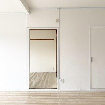 切り抜きみたいなはっきりしたカタチのドア達。(※写真は5階の同間取り別部屋のものです)