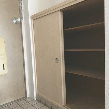 シューズBOXは小さめかなあ。(※写真は5階の同間取り別部屋のものです)