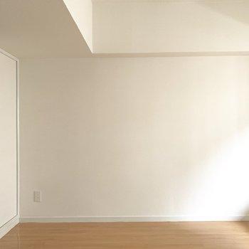 壁寄せに家具を置くと広々見えるかな。(※写真は5階の同間取り別部屋のものです)