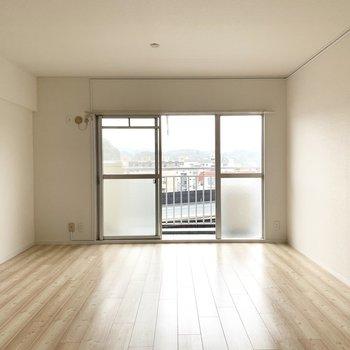 とっても広いリビング。奥にはソファやテレビを。(※写真は5階の同間取り別部屋のものです)