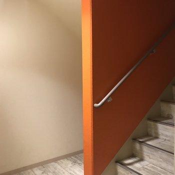 この階段を上ってお部屋へ