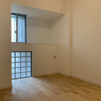 洋室①】ガラスブロックの窓があれば暗くなりがちな寝室も明るく照らす。