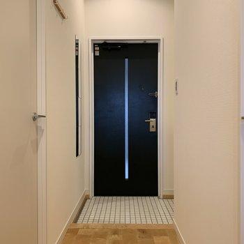 白い陶器貼りの玄関で、毎日の出勤も楽しめそう!