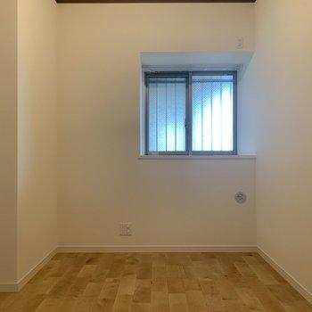 洋室②】こちらにも窓があるので換気もしやすいですよ〜〜!