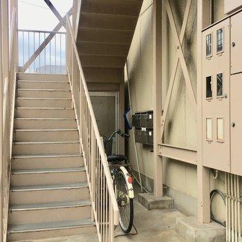 共用部分。こちらの階段をのぼります!