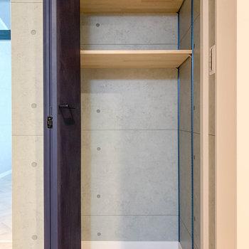 左の扉を開けると収納棚があります。