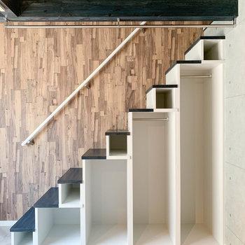 【洋室】梁を利用した、部屋干しに使えるハンガーポール。階段下にはミニクローゼットもあります。