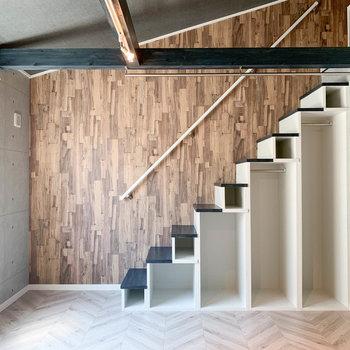 【洋室】サイドにはロフトへの階段。さりげなく収納できる作りにもなっています。
