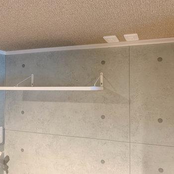コンセントは天井部分に。ちょっとした棚もあります。