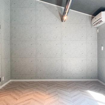 【洋室】反対の壁もコンクリ調でグッと雰囲気を引き締めています。