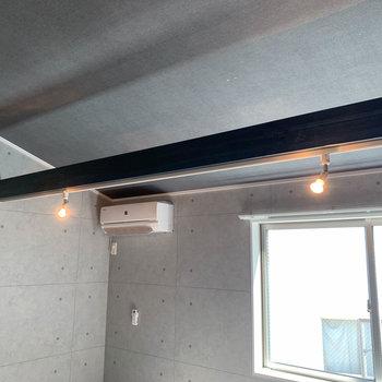 【洋室】梁を利用したライティングレールを採用。