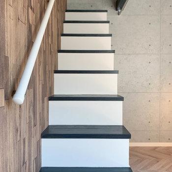 【洋室】さて、階段を登ってロフトへ。