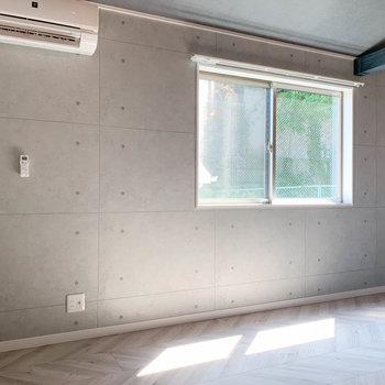 【洋室】コンクリート打ちっ放し風のアクセントクロス。お部屋をクールな雰囲気に。